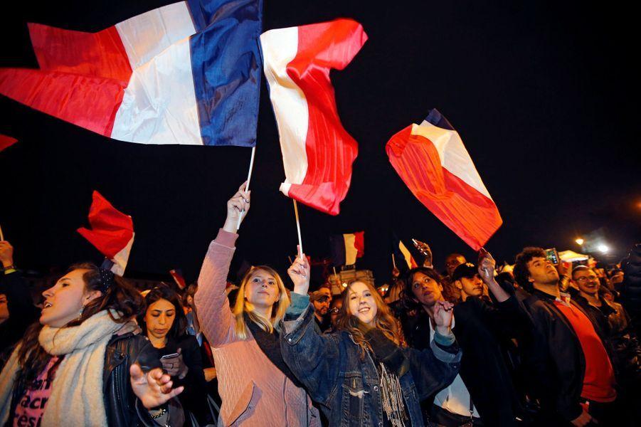 Des supporters d'Emmanuel Macron à Paris.