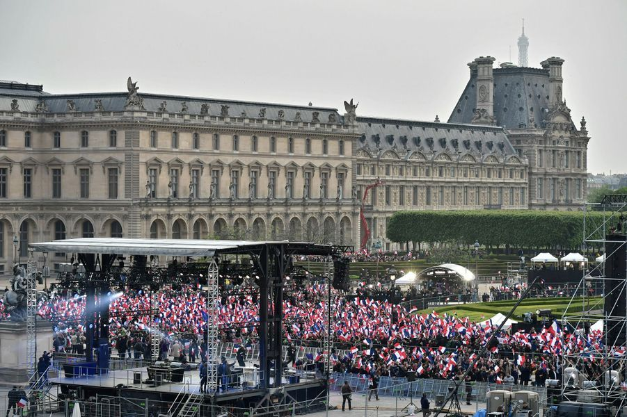 L'esplanade du Louvre dimanche soir pour fêter la victoire d'Emmanuel Macron.