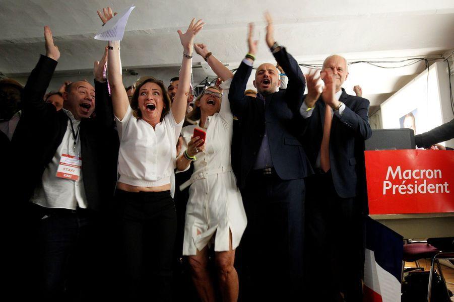 Ses supporters d'Emmanuel Macron dans un QG d'En marche! à Marseille, dimanche soir.