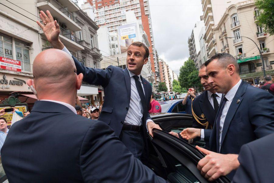 Bain de foule à la sortie de la librairie«El Ateneo Grand Splendid», à Buenos Aires, pour Emmanuel Macron.