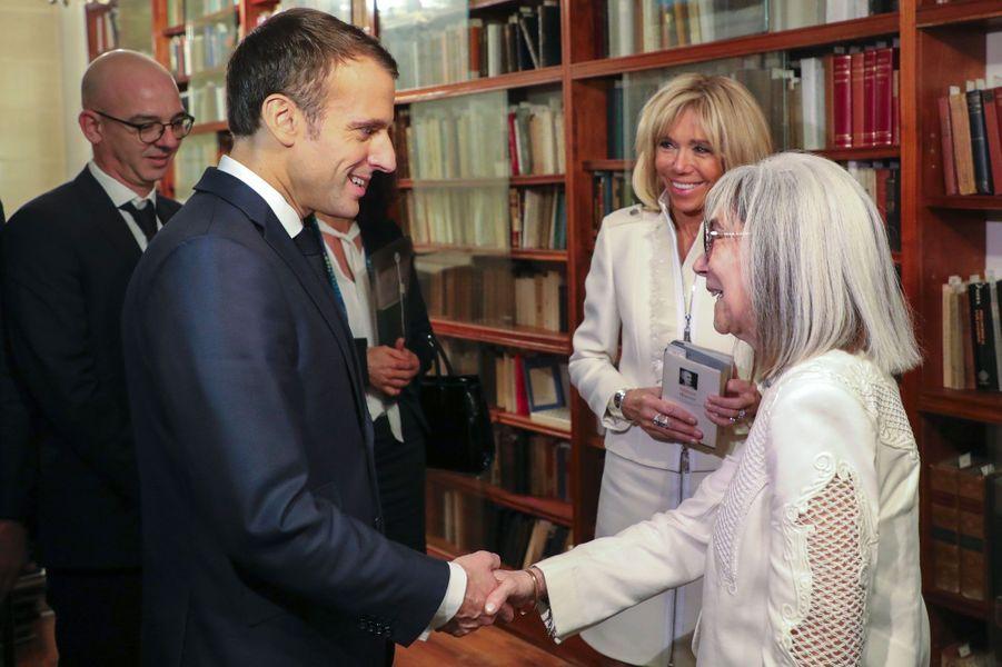 Emmanuel et Brigitte Macron avec l'auteure Maria Kodama, veuve de l'écrivainJorge Luis Borges, jeudi à Buenos Aires, lors d'une visite de sa bibliothèque personnelle.