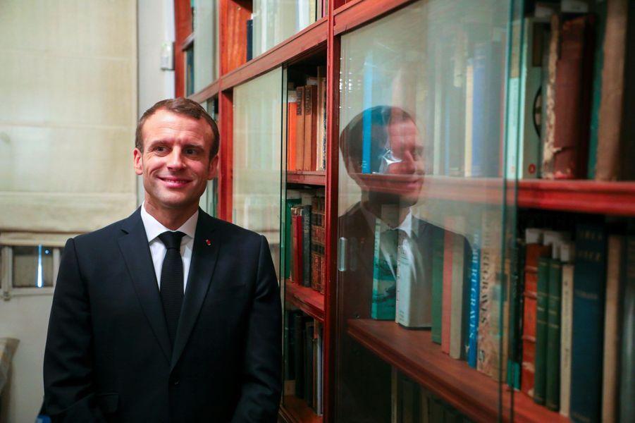 Emmanuel Macron avec l'auteure Maria Kodama, veuve de l'écrivainJorge Luis Borges, jeudi à Buenos Aires, lors d'une visite de sa bibliothèque personnelle.