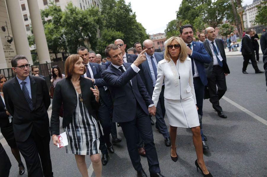 Emmanuel et Brigitte Macron place de Mai à Buenos Aires, jeudi.