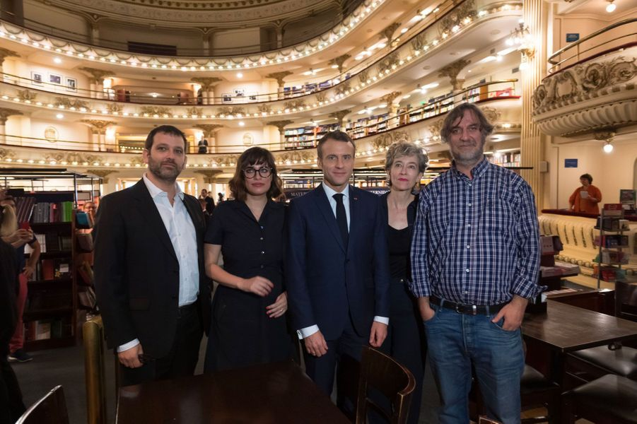 Emmanuel Macron visite la librairie «El Ateneo Grand Splendid», à Buenos Aires.