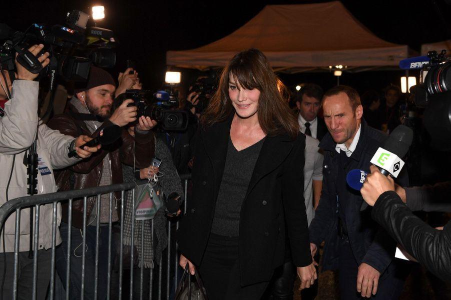 Carla Bruni-Sarkozy arrive au QG de Nicolas Sarkozy.