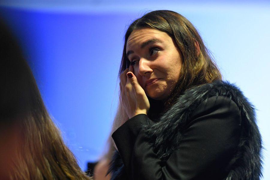 Une supportrice de Nicolas Sarkozy a du mal à retenir son émotion.