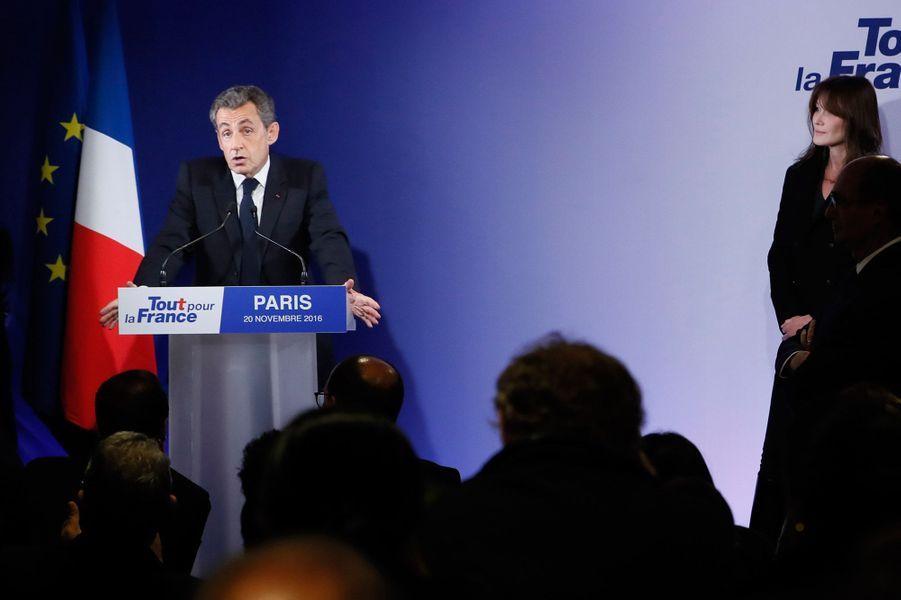 Nicolas Sarkozy s'exprime devant Carla Bruni-Sarkozy.