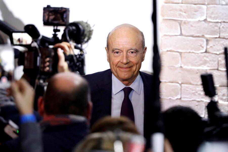 Alain Juppé arrive à son QG.