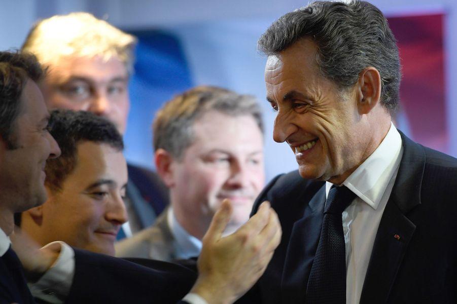 Nicolas Sarkozy arrive avec le sourire à son QG de campagne.