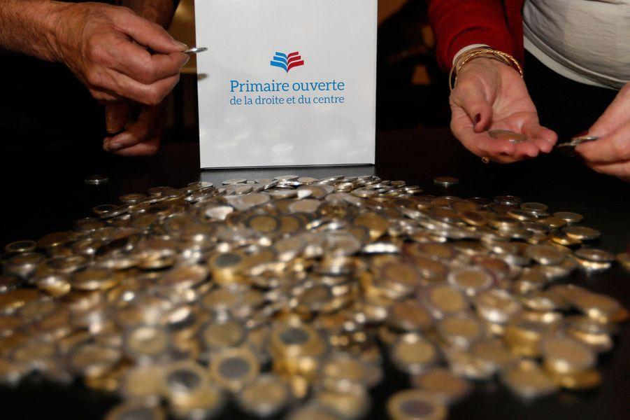 La participation a été plus forte que prévue : de nombreux Français - autour de quatre millions - ont payé deux euros pour voter à ce premier tour.