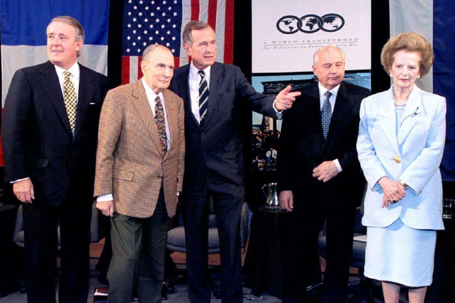 François Mitterrand retrouve les vétérans de la Guerre froide le 9 octobre dans le Colorado : l'ex Premier ministre canadien, Brian Mulroney, à gauche, George H.W. Bush, Mikhaïl Gorbatchev et Margaret Thatcher.