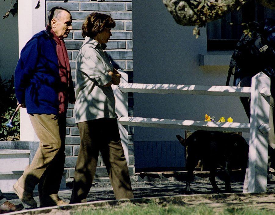 François et Danielle Mitterrand, accompagnés de Baltique, se promènent à Belle-Île, le 21 septembre.