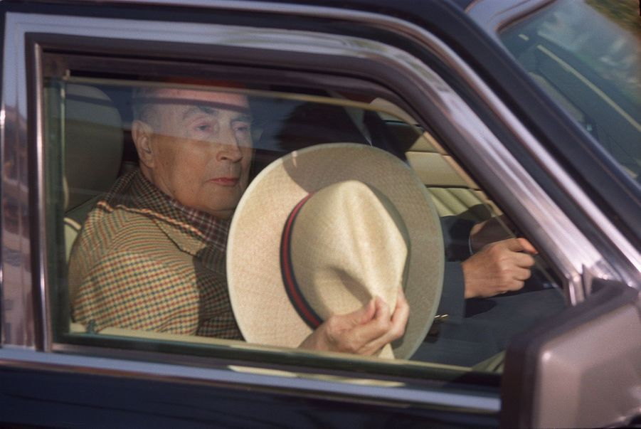 A bord d'une berline, François Mitterrand rejoint l'aéroport d'Assouan, le 29 décembre 1995.
