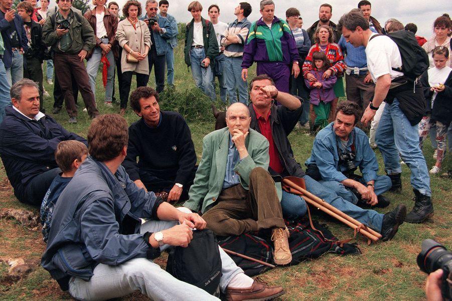 Le 4 juin 1995, Mitterrand entame l'ascension de la roche de Solutré, en Saône-et-Loire. Ses amis Jack Lang et Roger Hanin sont là.Ce sera la dernière fois. Trop fatigué, il ne parvient pas au sommet mais plaisante néanmoins : «Inutile de dire qu'entre 1946 et aujourd'hui, mon rythme a baissé!»
