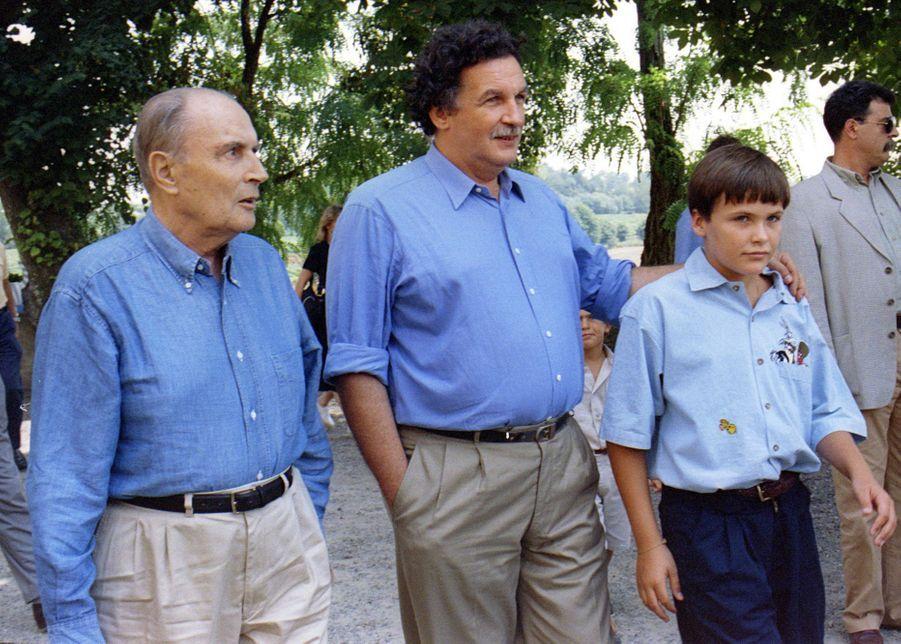 François Mitterrand avec son fils Jean-Christophe et son petit-fils Adrien, le 20 août 1995 à Sion, dans le Gers.
