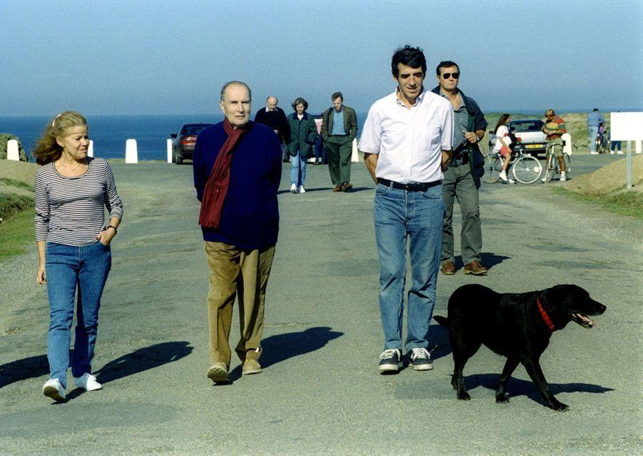 François Mitterrand entouré de Laure Kiejman et du docteur Jean-Pierre Tarot à Belle-Île le 21 septembre. A droite, Baltique, la chienne du président.