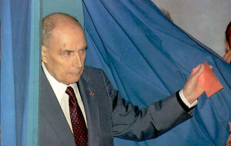 Le 11 juin 1995, l'ancien président François Mitterrand vote lors du premier tour des élections municipales à Château-Chinon.