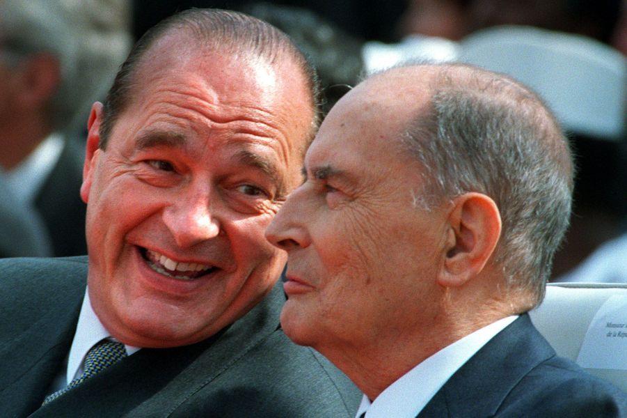 Confidences entre présidents : le 8 mai 1995, le vainqueur de l'élection présidentielle Jacques Chirac retrouve François Mitterrand, président en exercice, pour la cérémonie marquant le 50e anniversaire de la fin de la Seconde Guerre mondiale.