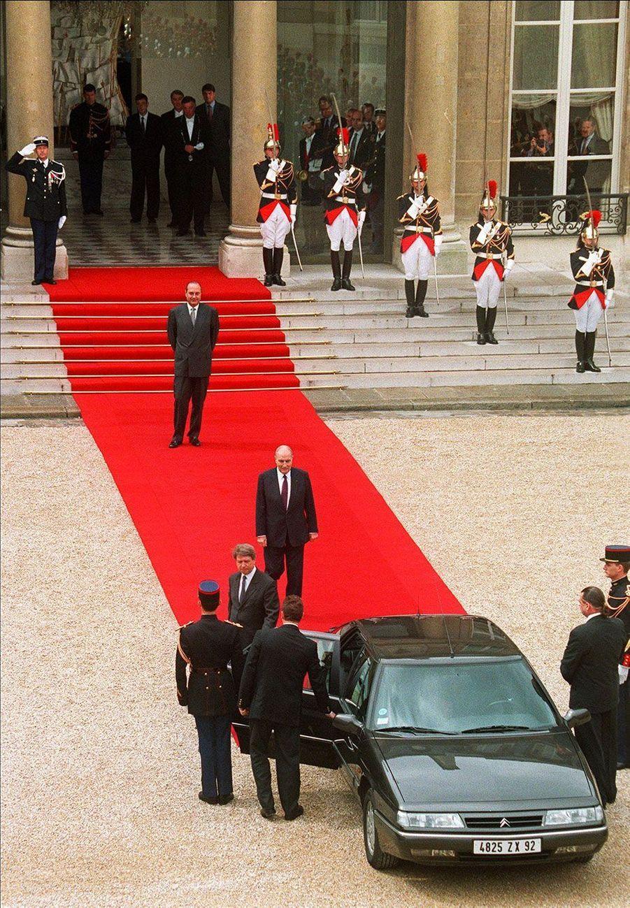 17 mai 1995 : la passation de pouvoir est terminée. Sur le perron, Jacques Chirac regarde son prédécesseur s'éloigner.