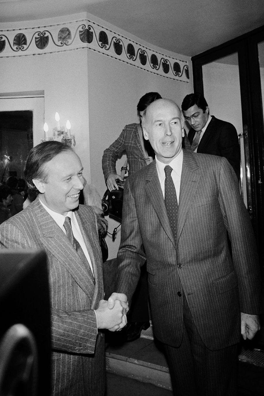 Jean-Claude Gaudin, futur maire de Marseille, accueille Valéry Giscard d'Estaing pour un déjeuner des députés UDF à l'hôtel Lutetia, le 17 décembre 1981. Quelques mois plus tard, l'ex-président formalisera son retour en politique en remportant l'élection cantonale à Chamalières.