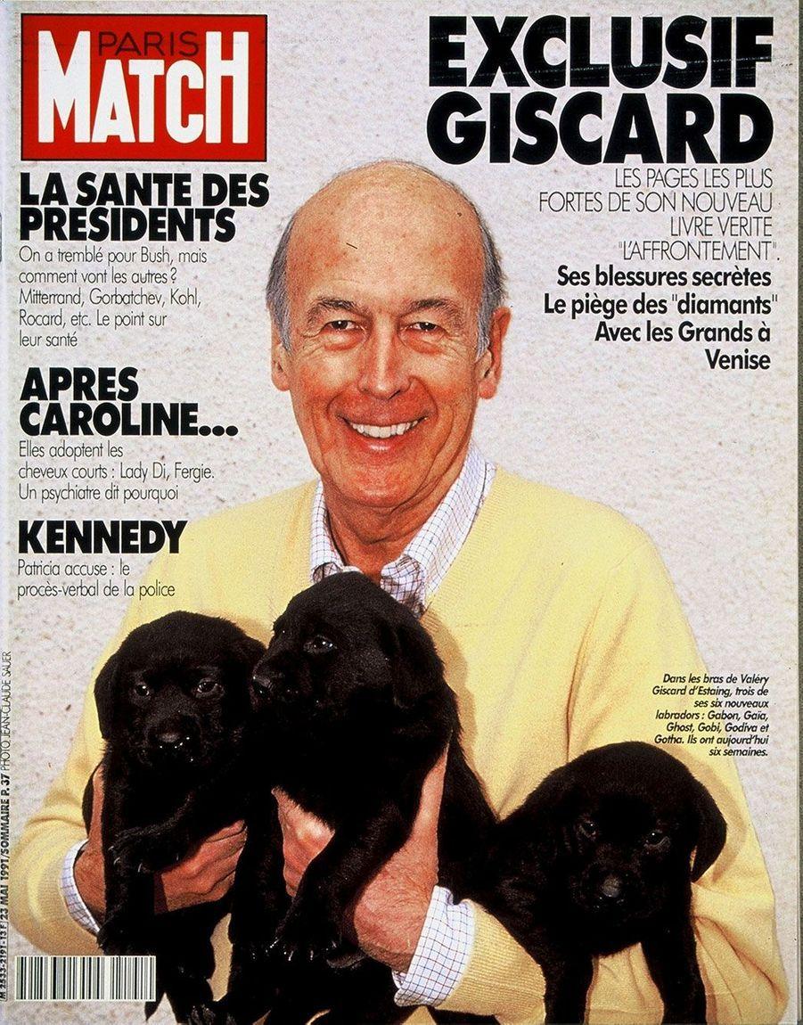 Pour la parution du deuxième tome de ses mémoires «Le Pouvoir et la Vie : l'affrontement», Valéry Giscard d'Estaing pose en Une de Match avec trois de ses six nouveaux labradors.