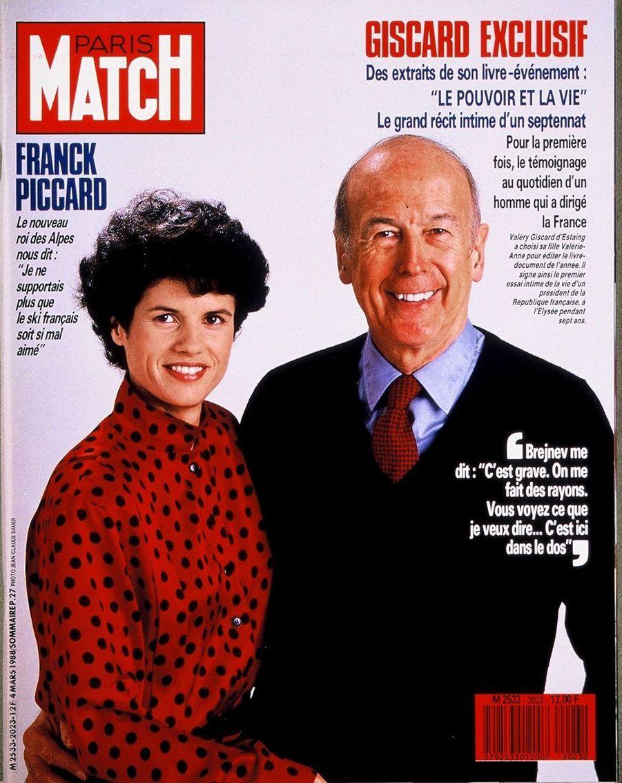 Valéry Giscard d'Estaing en Une de Paris Match en mars 1988, aux côtés de sa fille Valérie-Anne, qui a édité son livre «Le Pouvoir et la Vie».