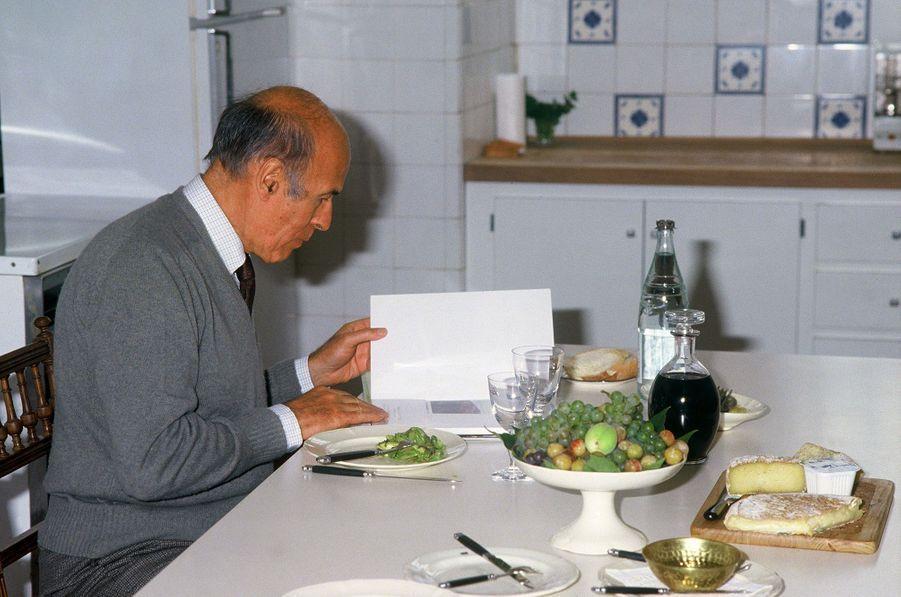 Repas studieux à La Varvasse pour l'ancien chef de l'Etat, en septembre 1986.