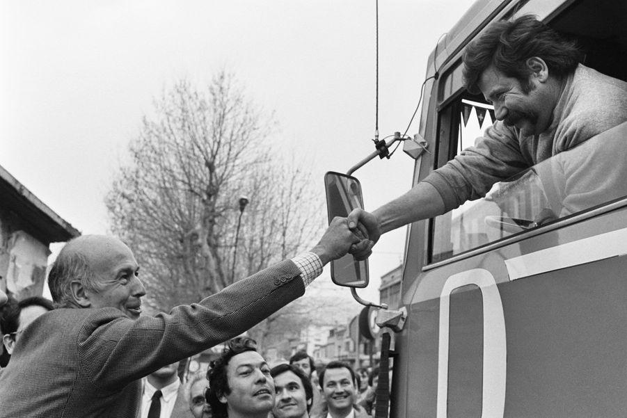Valéry Giscard d'Estaing fait campagne à Marseille pour soutenir Jean-Claude Gaudin aux élections municipales, en février 1983.