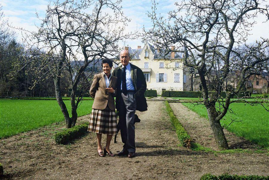 Valéry et Anne-Aymone Giscard d'Estaing dans le jardin de La Varvasse, en avril 1986.