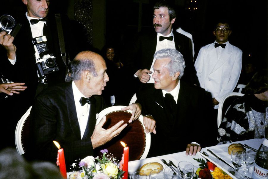 Valéry Giscard d'Estaing s'entretient avec Tony Curtis lors d'un gala à l'Hôtel des ambassadeurs durant le festival de Deauville, en septembre 1986.