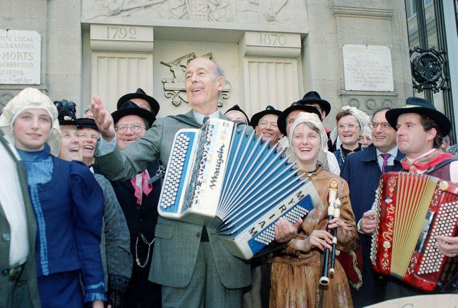En 1991, l'ex-président n'a toujours pas raccroché son accordéon, dont il joue ici le 29 septembre à l'occasion du Dimanche des terres de France.