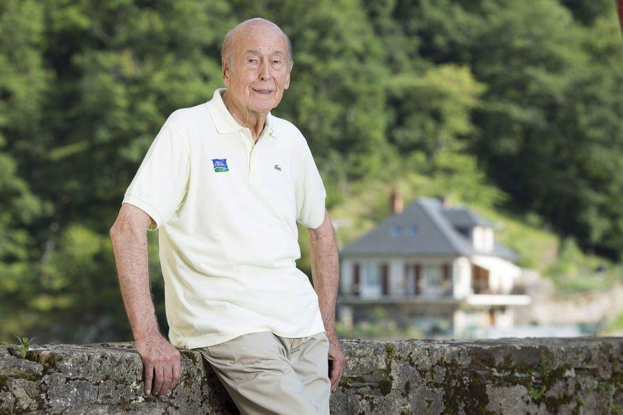 L'ex-président Valéry Giscard d'Estaing pose pour Match en 2014, devant son château du XVe siècle, acheté en 2005 à la commune d'Estaing, dans l'Aveyron.