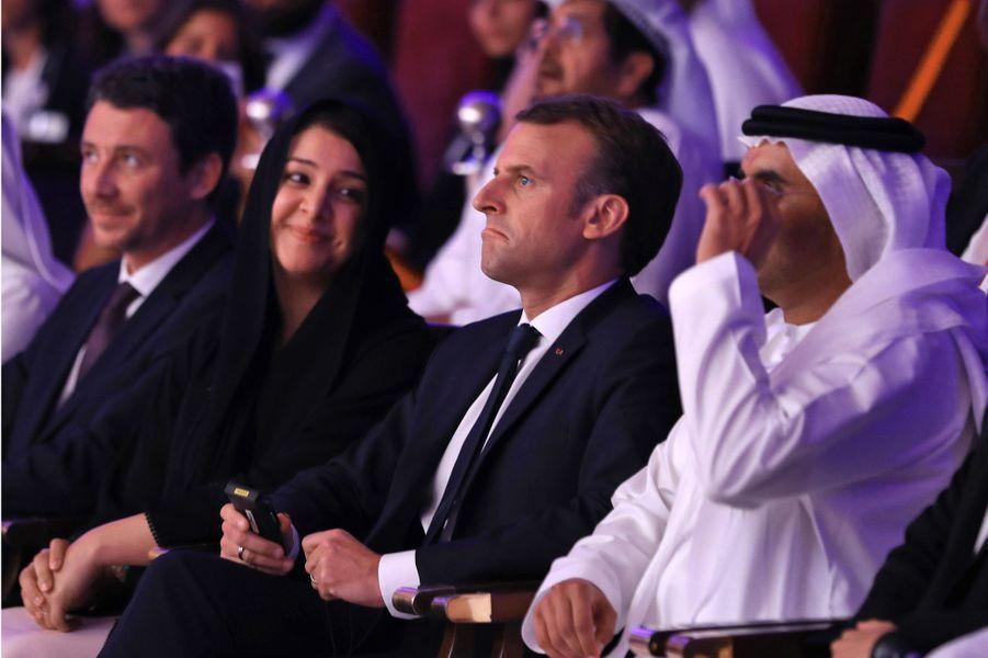 Emmanuel Macron assis aux côtés de Reem al Hashimy (ministre d'État pour la Coopération internationale)et deMajid Saif Al Ghurair (président de la Chambre de commerce et d'industrie deDubaï).