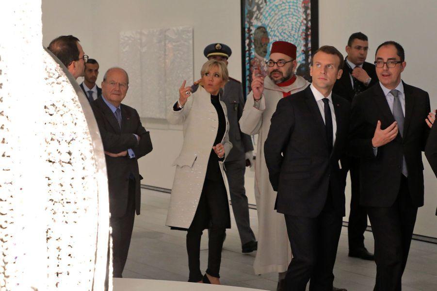 Emmanuel et Brigitte Macron visitent le Louvre Abu Dhabi, aux côtés du roiMohammed VI et deJean-Luc Martinez, le président du musée.