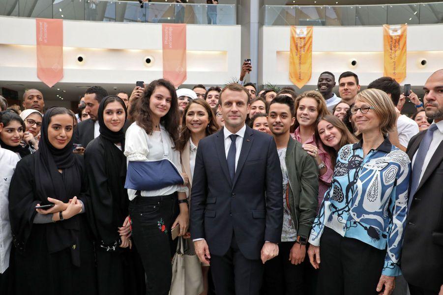Rencontre avec des étudiants à laSorbonne d'Abou Dhabi. Le chef de l'Etat est accompagné de la ministre de la Culture Françoise Nyssen (à droite).