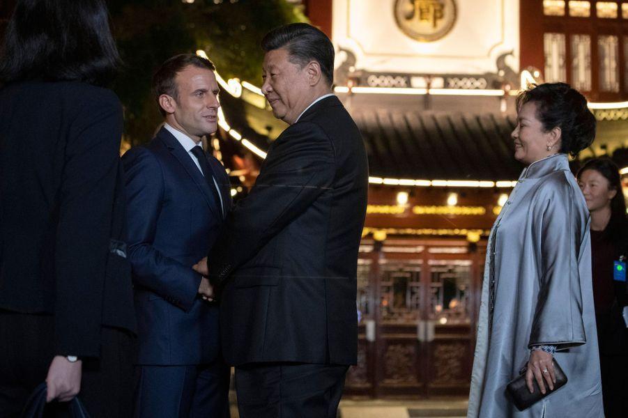 Le président chinois Xi Jinping et son épouse ontoffert mardi soir au couple Macron un accueil d'exception et un dîner intime aujardin Yuyuan, magnifique parc de Shanghai.