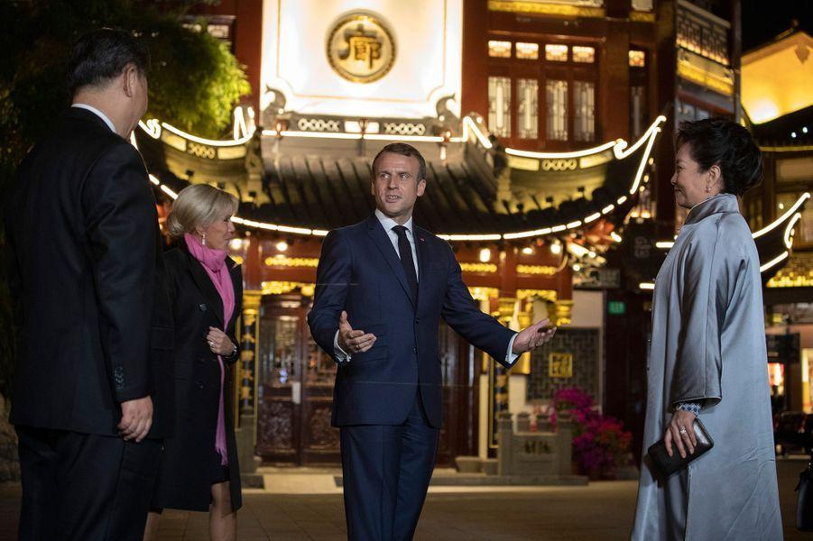 Le président chinois Xi Jinping et son épouse ontoffert au couple Macron un accueil d'exception et un dîner intime aujardin Yuyuan,magnifique parc de Shanghai.