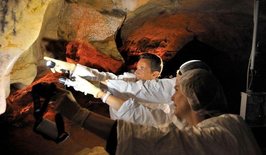 Nicolas Sarkozy et son épouse étaient équipés de lampes torches pour admirer les peintures dans leurs moindres détails.