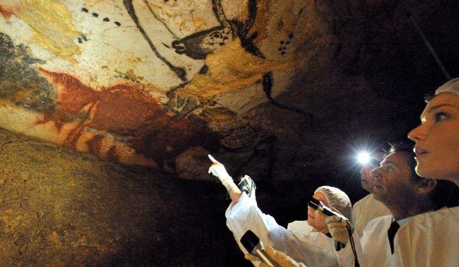 Nicolas Sarkozy et Carla Bruni ont eu la chance de visiter la véritable grotte, habituellement fermée au public, et non sa reproduction.
