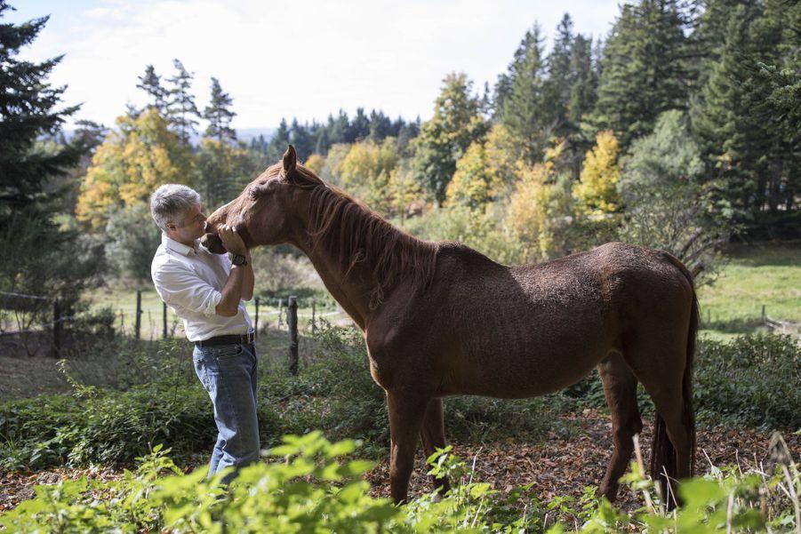 Laurent Wauquiez avec son cheval Assad au centre équestre du Chambon-sur-Lignon.