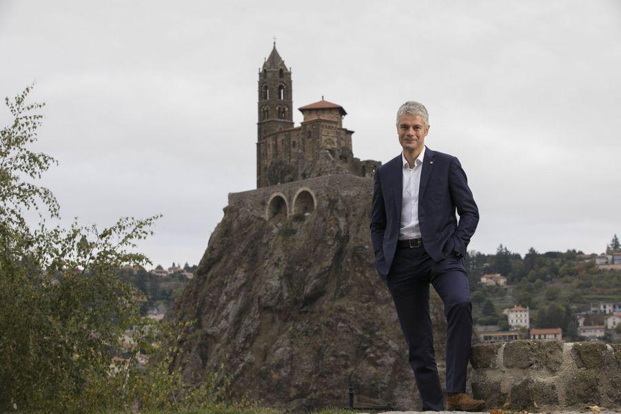 Juste à côté du Puy-en-Velay, Laurent Wauquiez pose devant la chapelle Saint-Michel, installée sur un piton rocheux à Aiguilhe.