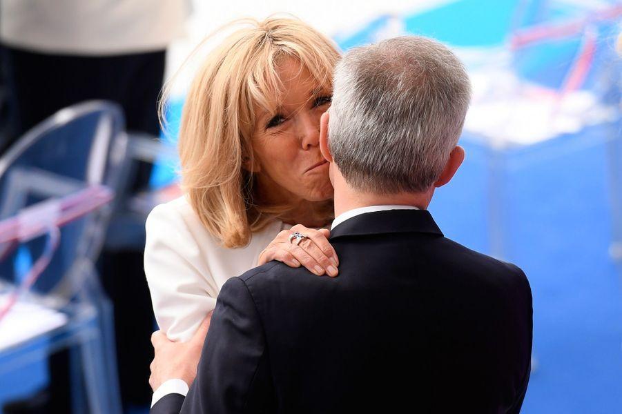 Brigitte Macron salue le ministre de la Transition écologique.