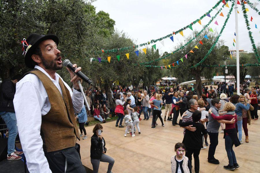 La Fête des Mai est organisée dans les jardins de Cimiez à Nice.