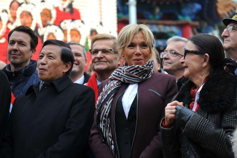 Brigitte Macron lundi au zoo de Beauval pour le baptême du bébé panda, aux côtés deZhang Yesui et de Françoise Delord, fondatrice du zoo.