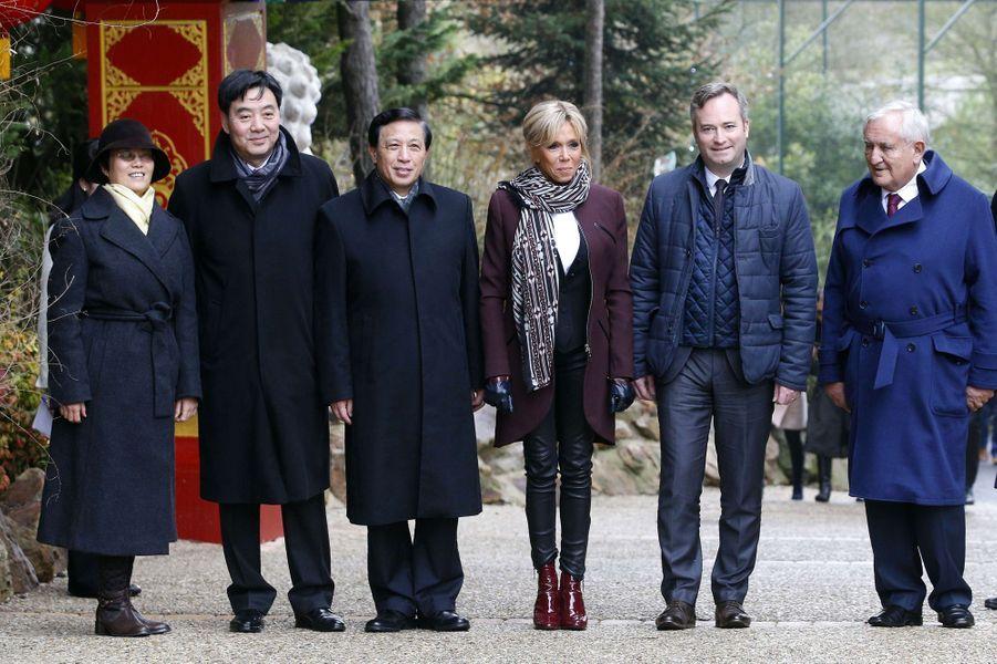 Brigitte Macron lundi au zoo de Beauval avec à sa droiteZhang Yesui et à sa gauche Jean-Baptiste Lemoyne et Jean-Pierre Raffarin.