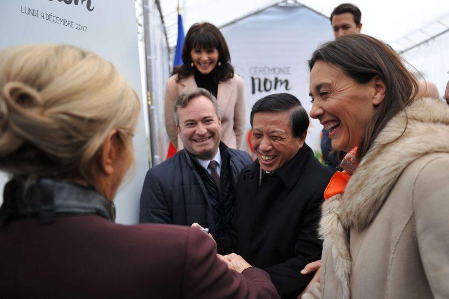 Brigitte Macron saluée par levice-ministre des Affaires étrangères chinois Zhang Yesui.