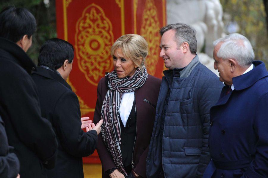 Brigitte Macron lundi au zoo de Beauval pour le baptême du bébé panda, en compagnie de Jean-Baptiste Lemoyne et Jean-Pierre Raffarin.