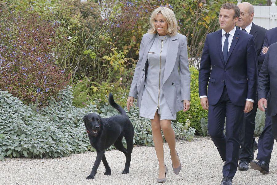 Emmanuel et Brigitte Macron accompagnés de Nemo le 27 septembre à l'Elysée.