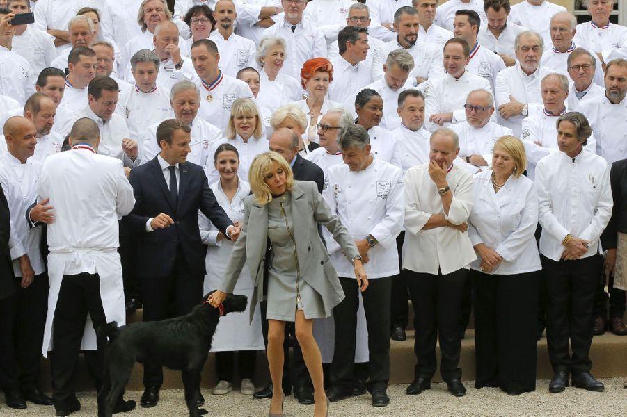 Nemo semble vouloir sa place sur la photo d'Emmanuel et Brigitte Macron avec 180 chefs, le 27 septembre.