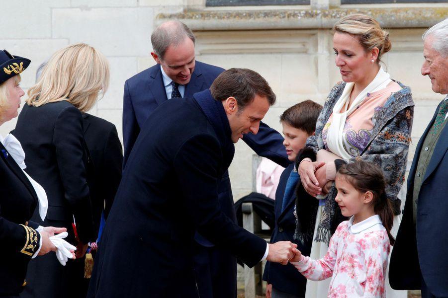 Emmanuel Macron salue la princesseAntoinette sous le regard de Jean d'Orléans, jeudi à Amboise.